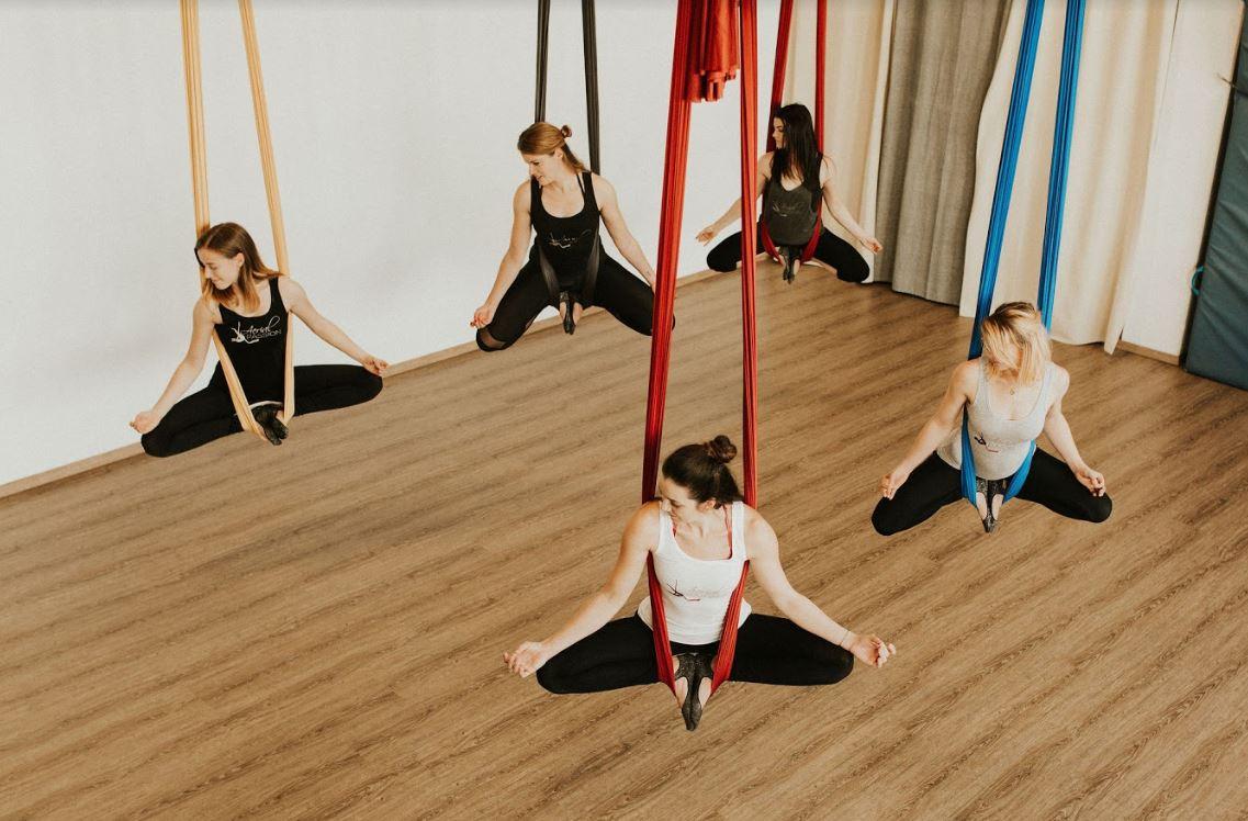 Yoga Schwebend In Der Luft Prontopro